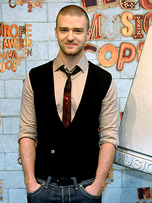 Justin Timberlake Wearing Skinny Tie with Vest and Jeans for a Casual Look